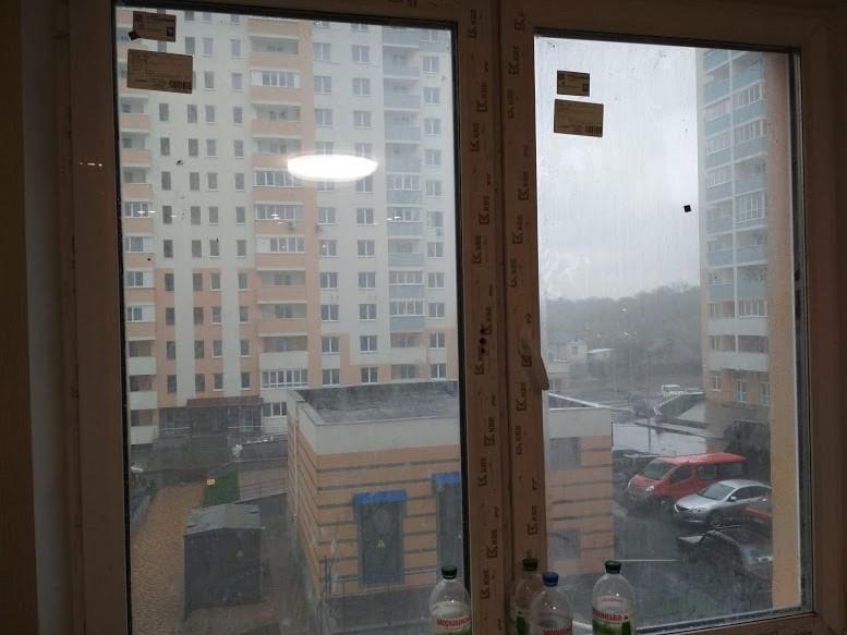 окно в наклейках и пленке