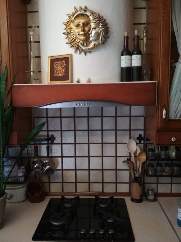 вытяжка в частном доме над плитой